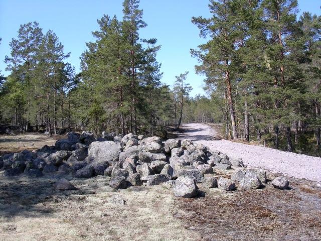 Snäckedals bronålderslämningar omfattas förmodligen av någon form av skydd för landskapsbilden och skall sparas intakt i evärderlig tid. Vägbygget kommer förmodligen att leda till åtal för brott mot fornminneslagen!