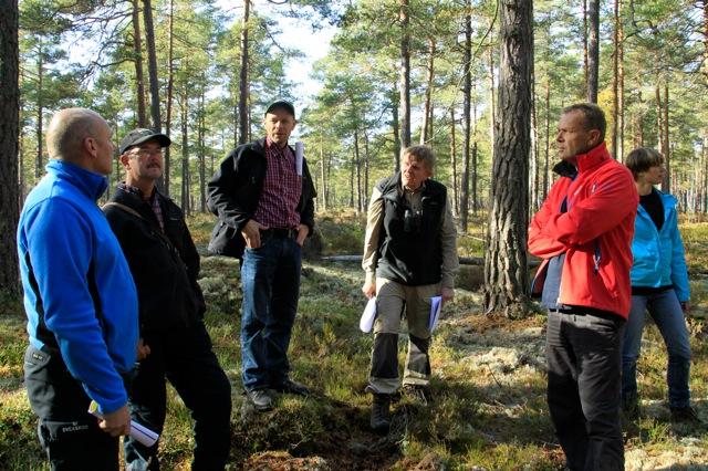 Skogsgruppens möte med Sveaskog i Misterhult den 4 oktober. Från vänster ses Håkan Torkelsson, Sveaskog, Lennart Weidinge, Skogsstyrelsen, Ulf Alvin, Sveaskog, Christer Ek och Cecilia Olsson, Skogsgruppen. Fotograf Jan Brenander, Skogsgruppen Oskarshamn.