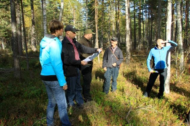 Skogsgruppen kunde visa områden med mycket gammal senvuxen  tall. Här Cecilia Olsson, Skogsgruppen, Örjan, Sveaskog, Henrik Nilsson, skoterförare Sveaskog samt Håkan Torkelsson, Sveaskogs avverkningsledare.