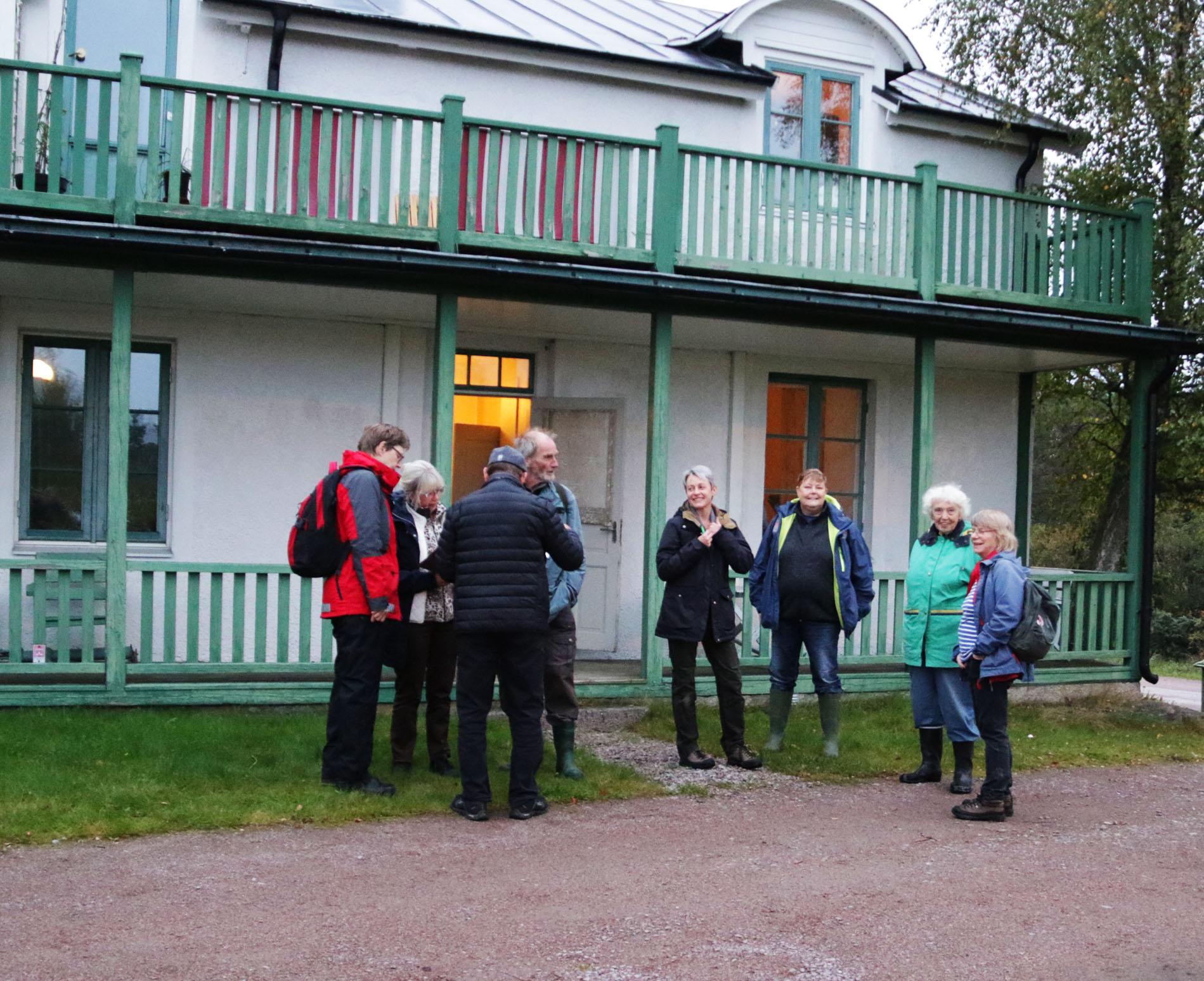 Några av deltagarna samlas inför kvällens utflykt. Från vänster Anneli Brenander, Pia Ingemansson, Karl Ingemansson, Dag Jansson, Marit Stigsdotter, Wretlund, Berit Melin och  Agneta Andersson.