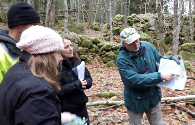 Helge Torstensen guidade besökarna till den märkliga lämningen av backstugan Åbo.